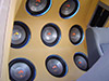 Fusca preparado pela Power Sound atrás dos bancos dianteiros, parede com subwoofers Hinor e amplifi
